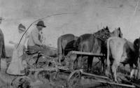 Félix Haudegand surveille le travail de son fils