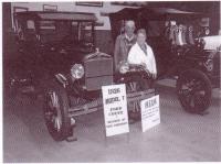 Gédéon et Eva Chalifour avec leur première voiture