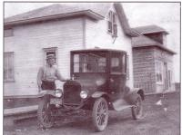 Henri Begrand devant sa maison