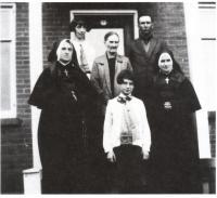 Julie Gaudet, (au centre) femme d'Ulric Grenier