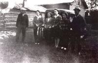 La famille Desnoyers devant la maison