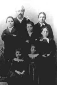 Léon Denis, père, avec sa première femme, Héloïse Bon, et leurs cinq enfants