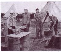 Les Cuisiniers à l?oeuvre dans le camp
