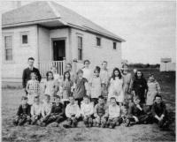 M. Louis Charbonneau et ses élèves