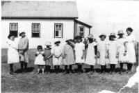 Un groupe d'élèves devant l'école Piché