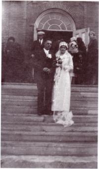 Yvon et Marie devant l'église